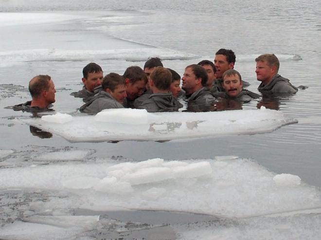 Lính Mỹ thường xuyên luyện tập trong nước lạnh để cơ thể khỏe mạnh và không sợ chấn thương. Ảnh: Business Insider