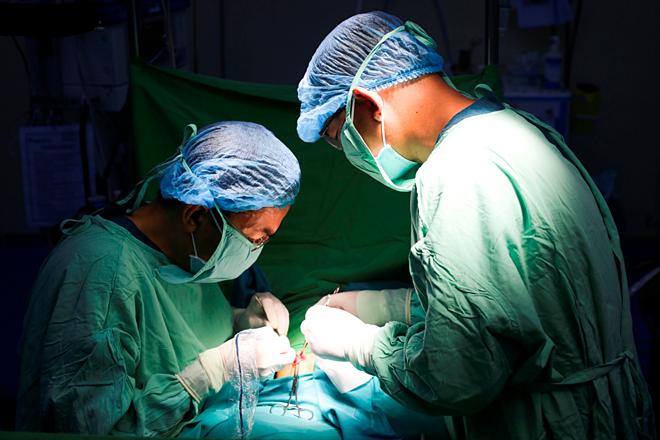Các bác sĩ thực hiện phẫu thuật cho bệnh nhi. Ảnh bệnh viện cung cấp.