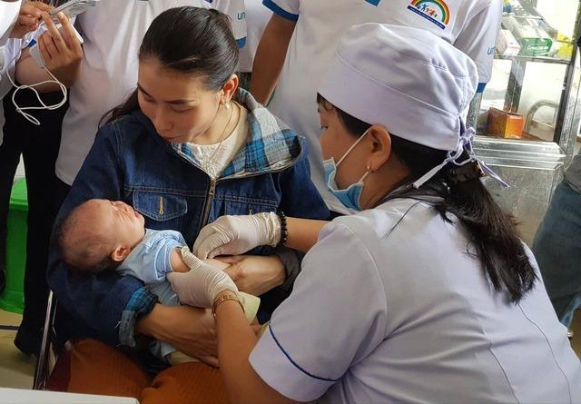 Trẻ được tiêm vắcxin 5 trong 1tại Trạm y tế xã Ngọc Hòa, Hà Nội. Ảnh:Lê Nga.