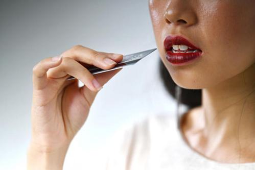 Lượng nhựa con người ăn mỗi tuần tương đương một chiếc thẻ ngân hàng. Ảnh: The Straits Times.