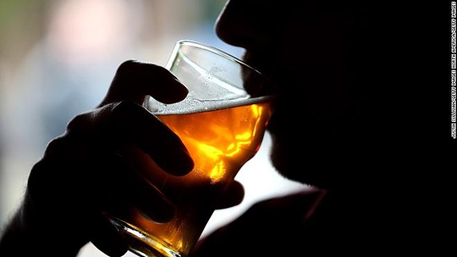 Uống rượu không chỉ ảnh hưởng tới sức khỏebản thân mà còn là mối đe dọa cho người khác. Ảnh: CNN