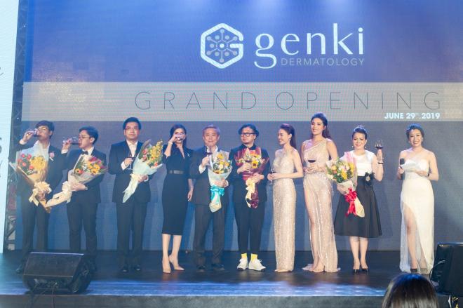 Nghi thức khai trương với sự góp mặt của các khách mời và đại diện thương hiệu.