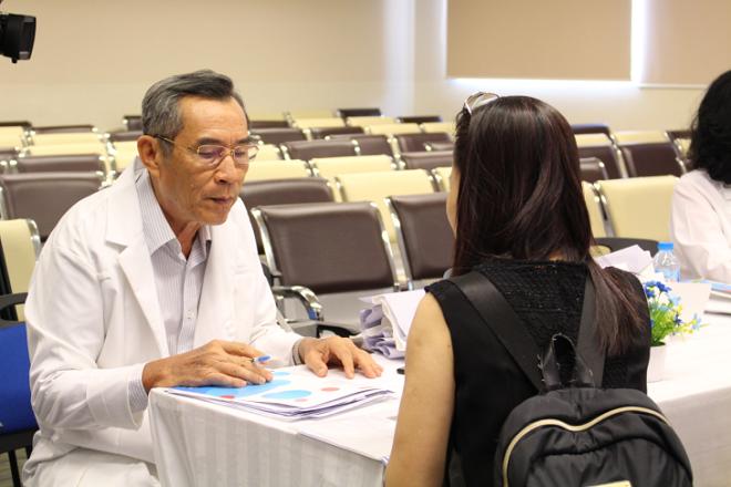 Phó giáo sư, tiến sĩ, bác sĩ Nguyễn Cao Cương, nguyên Trưởng khoa Ngoại tổng quát, Bệnh viện Bình Dân (TP HCM)tư vấn ý kiến y khoa cho bệnh nhân trong chương trình City Plus.