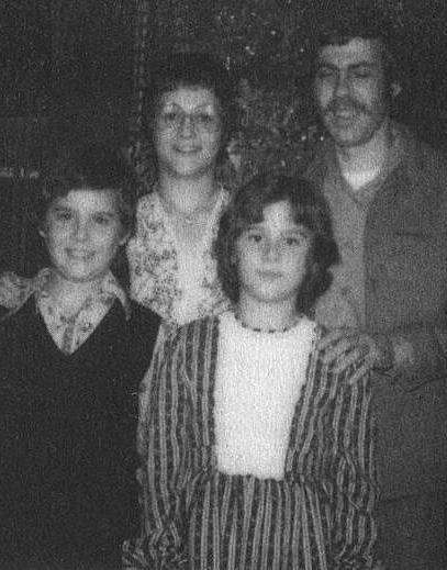 Bruce/Brenda (hàng đầu, bên phải) chụp cùng bố mẹ và anh sinh đôi. Ảnh: nemaloknig.com.