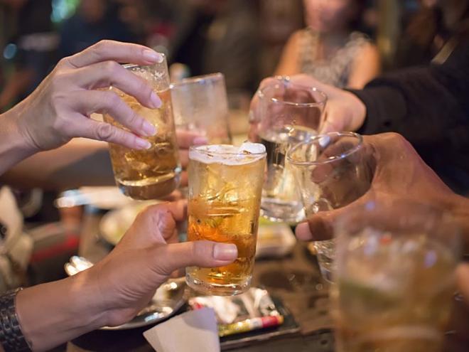 Uống rượu bia sau khi tập luyện thể thao làm cản trở quá trình phục hồi của cơ thể. Ảnh: Heathline