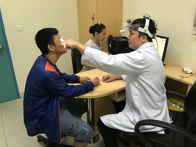 Bác sĩ đang thăm khám cho người bệnh. Ảnh: Bệnh viện cung cấp