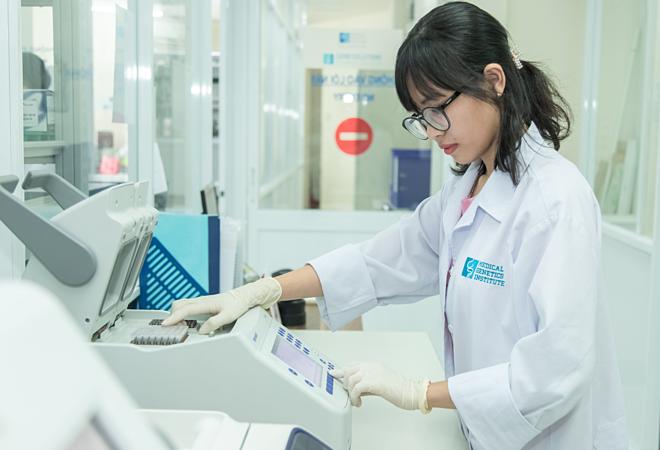 Kỹ thuật viên phòng Lab, Viện di truyền Y học thực hiện xét nhiệm NIPT. Ảnh: Hà Phạm.