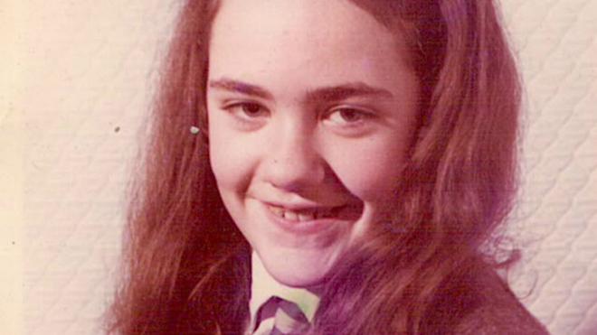 Marie thời niên thiếu xinh đẹp nhưng bị xa lánhvì không thể giao tiếp.