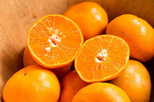 Lượng đường trên 100 ml nước cam 100% bằng với nước ngọt có ga. Ảnh: Evening Standard.