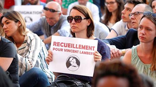 Những người Pháp biểu tình kêu gọi duy trì mạng sống cho Vincent Lambert. Ảnh: Reuters.