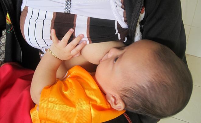 Trẻ cần được bú mẹ sớm sau sinh và hoàn toàn trong 6 tháng đầu đời. Ảnh: Lê Phương.