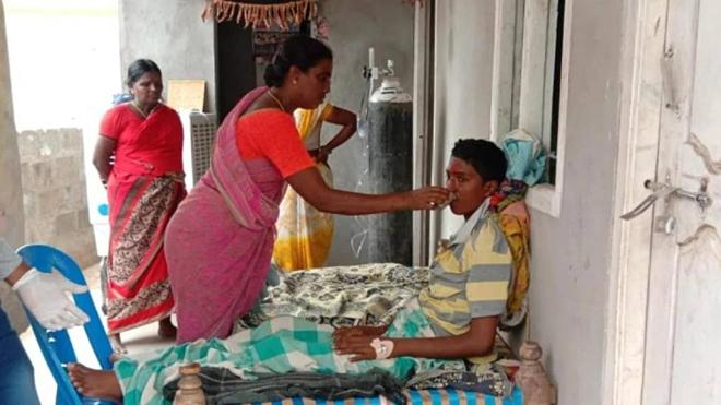 Mẹ Gandhamđã mất chồng năm 2005, vì vậy bàkhông thể ngừng đếm những lời chúc phúc của mình khi con trai cô đang hồi phục nhanh.