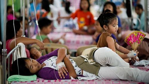 Bệnh nhân sốt xuất huyết được điều trị tại một bệnh viện ở Manila (Philippines). Ảnh: CNN.