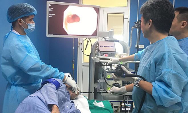 Bệnh nhân được nội soi cắt tổn thương ung thưu thực quản sớm, chiều 17/7. Ảnh: Lê Nga.