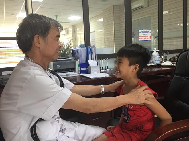 Bác sĩ Nguyễn Kim Hùng khám cho bệnh nhi. Ảnh: Bệnh viện Đa khoa Hùng Vương