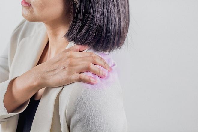 Cơn đau vai gáy thường gặp ở người làm việc trong công sở.