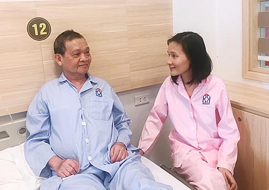 Ở viện, Phương thường từ tầng 5 lên tầng 6 để thăm và nói chuyện với bố. Ảnh: Thùy An