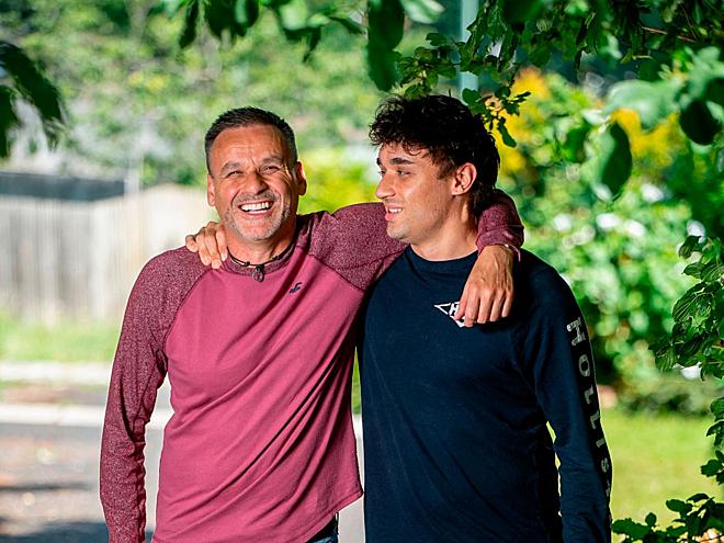 Ông Scott hạnh phúc bên con trai sau ca hiến ghép thận thành công tháng 5/2019. Ảnh: Mirror
