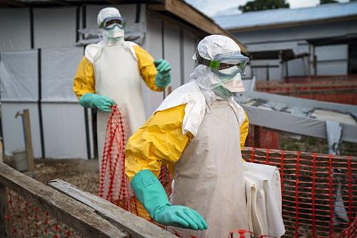 Các nhân viên y tế tại một trung tâm điều trị Ebola ở Beni, Congo. Ảnh: AP.