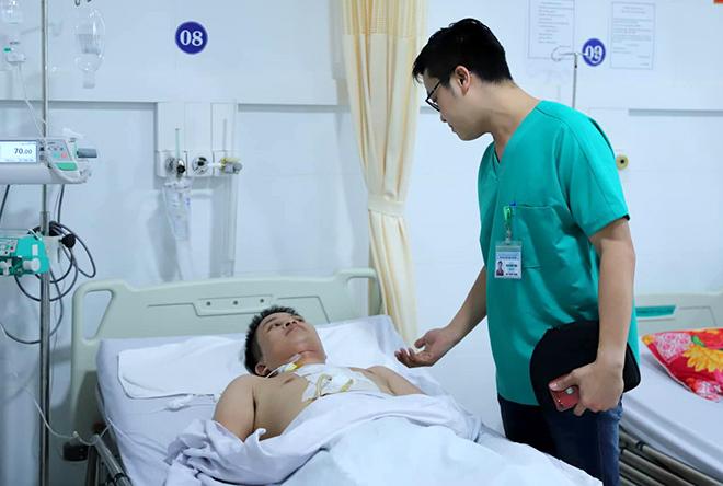 Bác sĩ Thảo thăm khám bệnh nhân Toàn chiều 2/7. Ảnh: Nguyễn Đông.