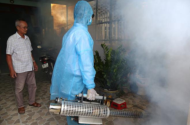 Cán bộ Y tế Đồng Nai phun thuốcdiệt lăng quăng, muỗitại nhà dânở TP Biên Hoà. Ảnh: Phước Tuấn
