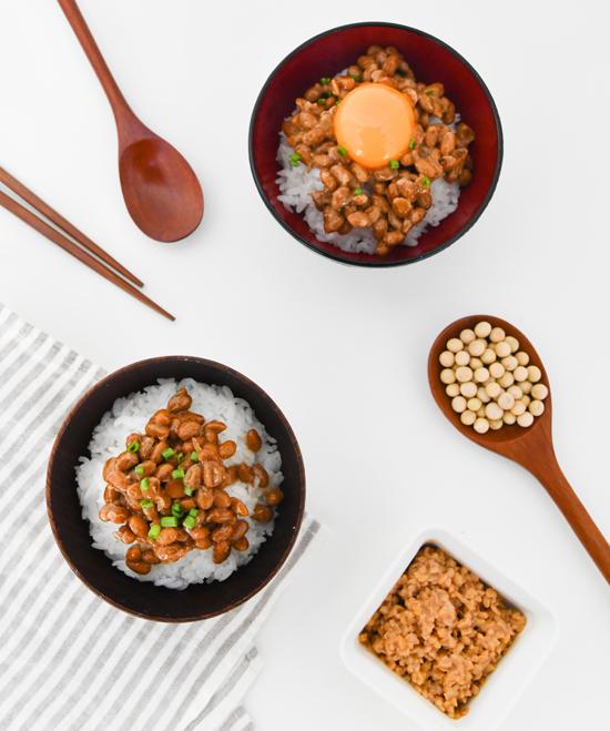 Natto (đỗ tương lên men), một món ăn truyền thống của người Nhật.
