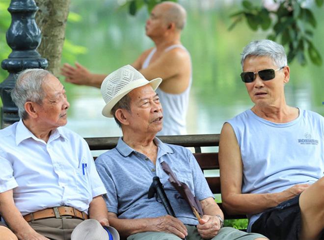 Các cụ già Hà Nội bên hồ Gươm. Ảnh:Giang Huy.