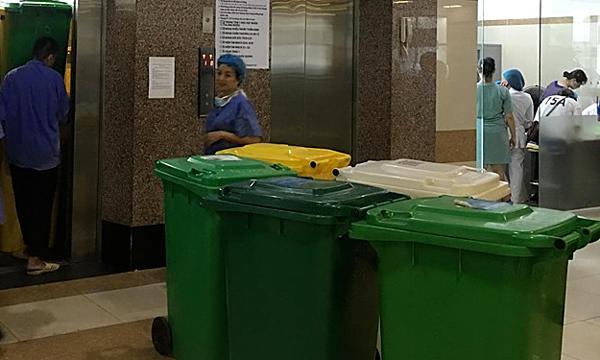 Các thùng rác được tập kết để đưa lên các khoa phòng tại Bệnh viện Bạch Mai. Ảnh: Lê Nga