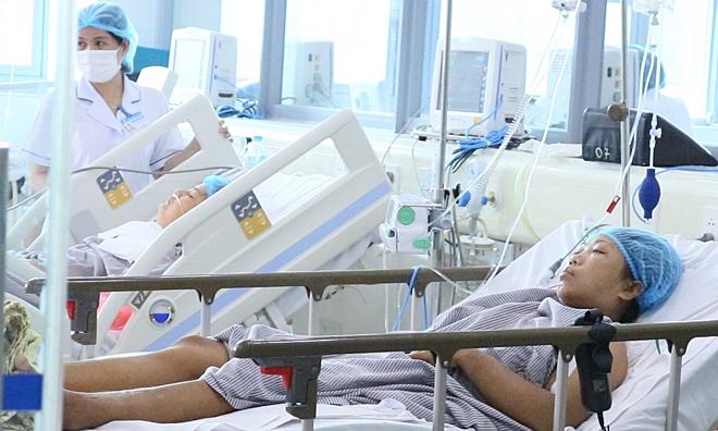 Hai bệnh nhân đang được điều trị tại Khoa hồi sức tích cực, Bệnh viện Bạch Mai, trưa 2/8. Ảnh: Thế Anh.