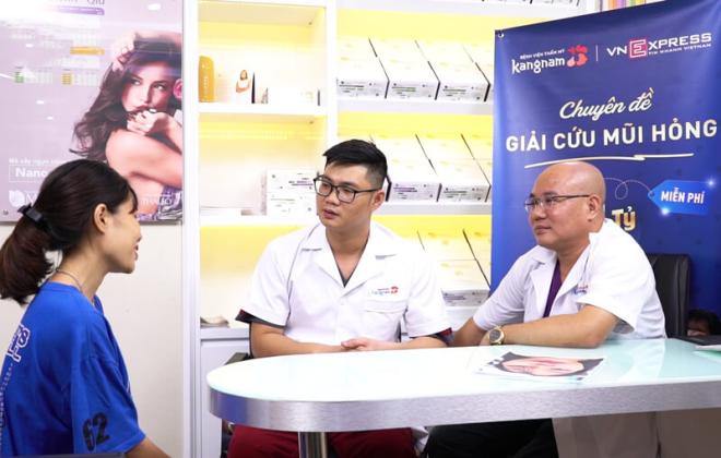 Bác sĩ Charlie Trần - Giám đốc chuyên môn Bệnh viện Thẩm mỹ Kangnam (bìa phải) trong buổi thăm khám tư vấn cho những trường hợp mũi hỏng sau nâng.