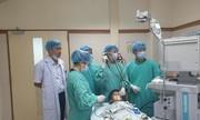 Cậu bé người Lào sang bệnh viện Việt Nam để chữa hóc xương cá