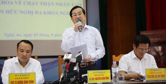 Bác sĩ Nguyễn Xuân Hồng, Phó Giám đốc Sở Y tế tỉnh Nghệ An công bố sự cố chạy thận xảy ra hôm 30/7. Ảnh: Nguyễn Hải.