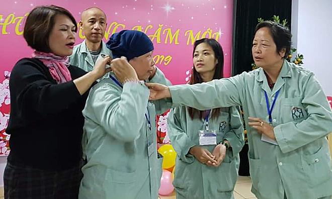 Chị Ngọc thường xuyên tham gia các buổi chia sẻ, hỗ trợ bệnh nhân ung thư tại các bệnh viện.