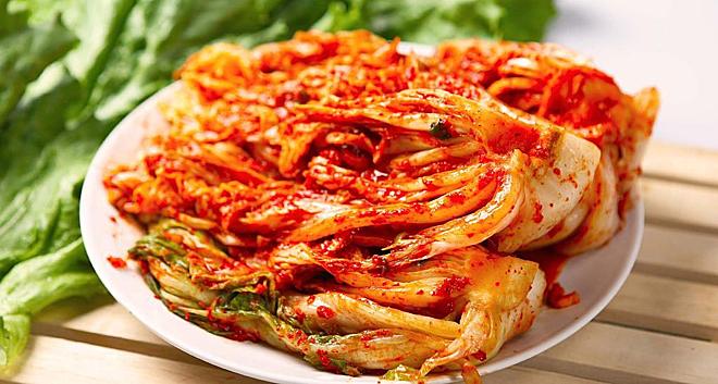 Kim chi cay nên ăn kèm với thịt, rau, củ hoặc nấu canh, lẩu để giảm độ cay, nồng. Ảnh: Cook