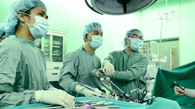 Các bác sĩ đang phẫu thuật nội soi ung thư trực tràng. Ảnh: Bệnh viện cung cấp