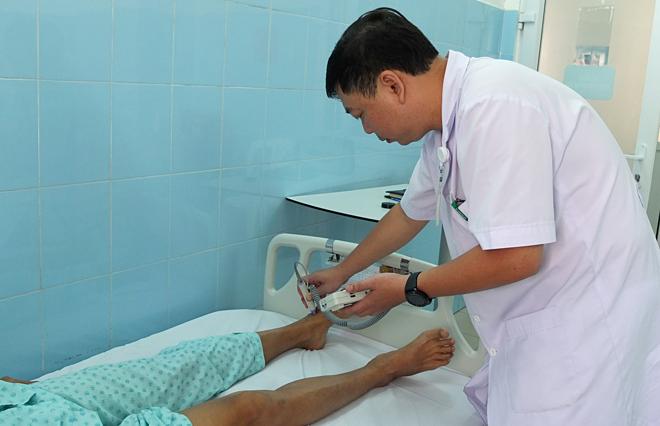 Bác sĩ kiểm tra tình trạng mạch máu trước khi cho bệnh nhân xuất viện. Ảnh: Trần Nhung.