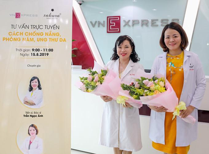 Tiến sĩ, bác sĩ Trần Ngọc Ánh (trái) và Tiến sĩ, bác sĩ Đào Hoàng Thiên Kim (phải) và tư vấn cho độc giả cách chống nắng, phòng nám, ung thư da. Ảnh: Thành Nguyễn