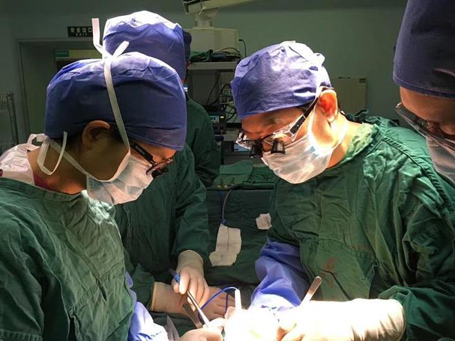 Các bác sĩ tiến hành ghép gan cho hai mẹ con. Ảnh: Sohu