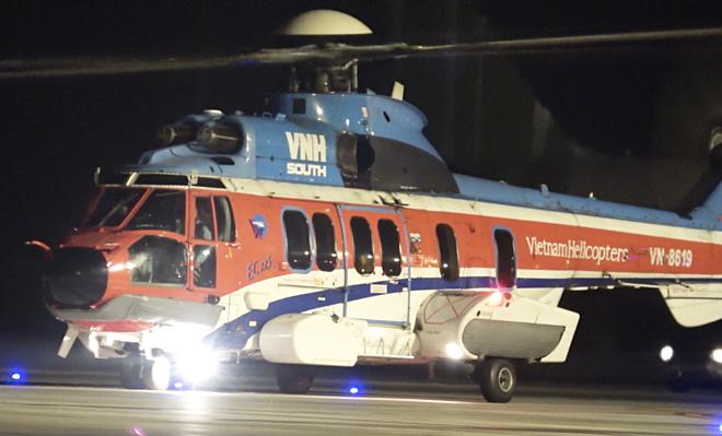 Chiếc trực thăng ra đảo Trường Sa đưa bệnh nhân về đất liền. Ảnh: Trần Chính.