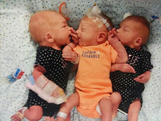 Hai bé gái và một bé trai chào đời ngày 10/8. Ảnh: Foxnews