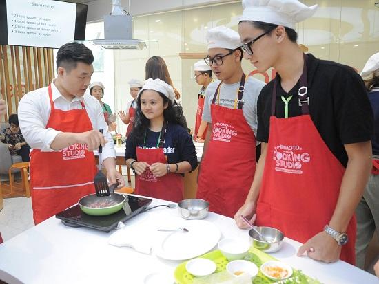 Các đầu bếp Ajinomoto hỗ trợ và giải đáp những thắc mắc của các học sinh trong suốt quá trình thao tác. Đầu bếp chia sẻ: