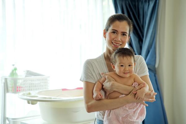 Cha mẹ bù nước theo khuyến nghịbù nước theo khuyến nghị tắm gội đúng cách cho bé.