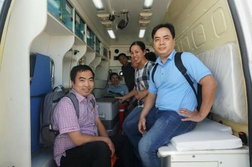 Các bác sĩ vận chuyển tim từ Hà Nội vào Huế. Ảnh: Nhật Tân