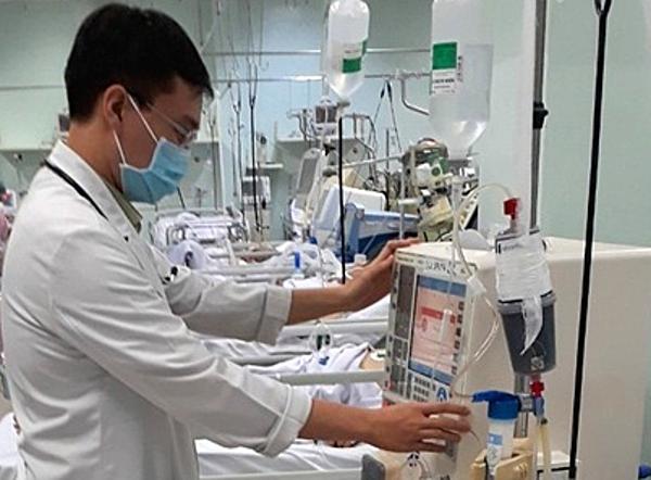 Bác sĩ Trần Huy Nhật lọc máu hấp phụ cho bệnh nhân. Ảnh bệnh viện cung cấp.