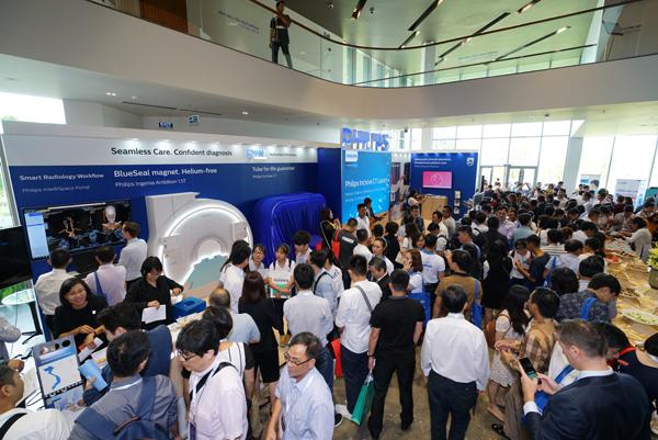 Rất đông khách mời đã tới tham dự Buổi lễ ra mắt hệ thống chụp cắt lớp v..