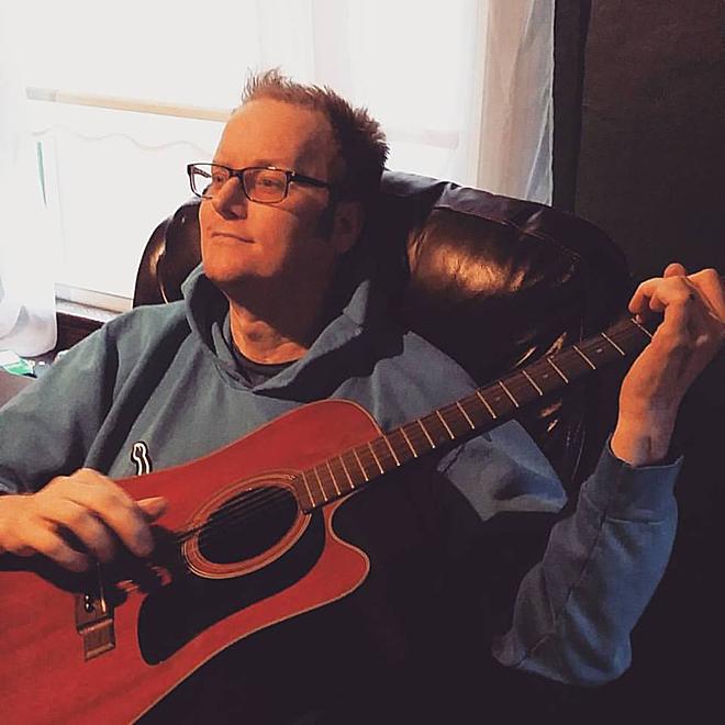 Ngoài tình yêu của vợ, âm nhạc giúp Scott bình phục nhanh hơn. Ảnh: Newsner