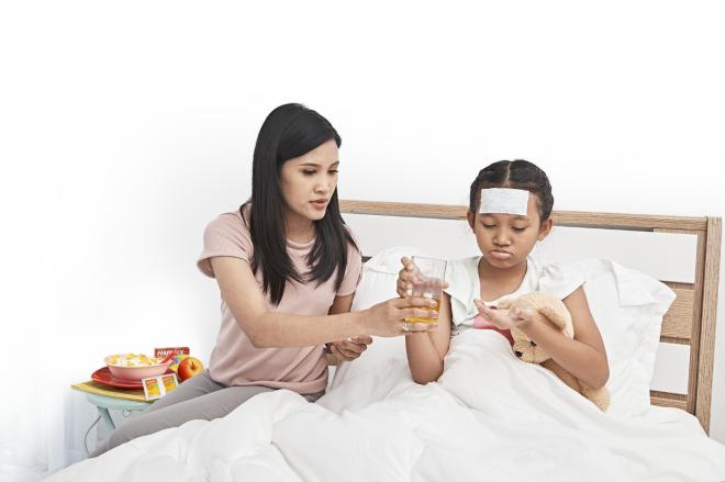 Với người sốt xuất huyết, việc hạ sốt quan trọng, người lớn và trẻ nhỏ cần tuân thủ liều lượng, loại thuốc theo chỉ định của bác sĩ.
