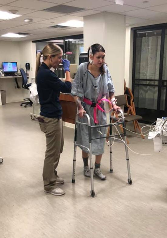 Christina kiên trì tập đi sau phẫu thuật để có thể tự bước đi trong hôn lễ của mình. Ảnh: Foxnews