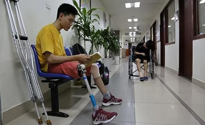 Quốc Chân thường xuyên đến viện điều trị bệnh khó đông máu. Ảnh: Công Thắng.
