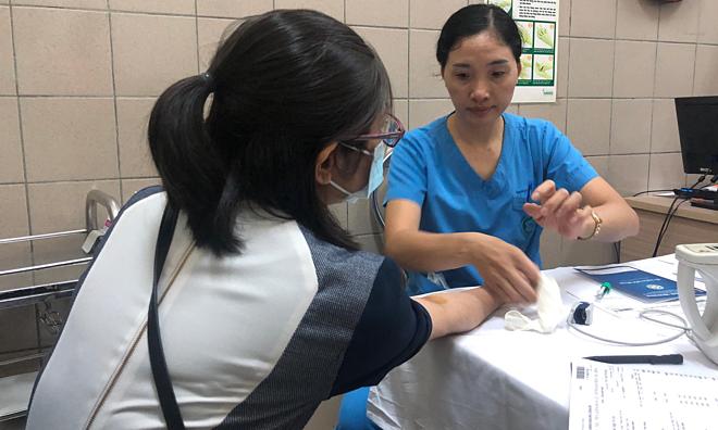 Một bệnh nhân đang được lấy máu xét nghiệm thủy ngân, chiều30/8. Ảnh:Ngọc Thành..